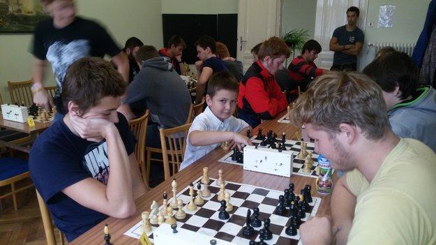Malý Matej za šachovnicou.