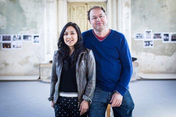 Csaba Kiss s manželkou, Kanaďankou Susanne, dokázali v malom meste vytvoriť multikultúrne centrum, kde tvoria umelci z celého sveta. Šamorínska synagóga láka jedinečnou atmosférou už dvadsať rokov.