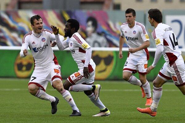 Na snímke druhý zľava Ibrahim Rabiu (Trenčín) oslavuje svoj gól so spoluhráčmi.