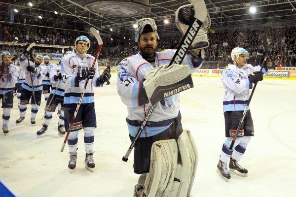 Hokejisti Nitry v sobotu večer oslavovali postup do finále. V ňom ich vyzve Banská Bystrica, začína sa v utorok o 19.30 h v Nitre.