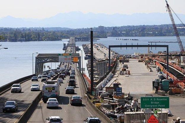 Pôvodný most na Evergreen Point pomaly dosluhuje, vedľa neho sa začala výstavba nového.