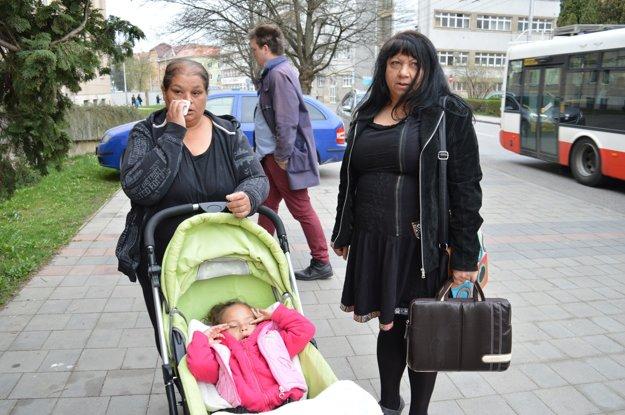 Jolana Nátherová (vpravo) si myslí, že múdry sociálny pracovník by mal vedieť predchádzať takýmto situáciám. Vedľa nej vdova po Radkovi Kuchárovi s dieťaťom.