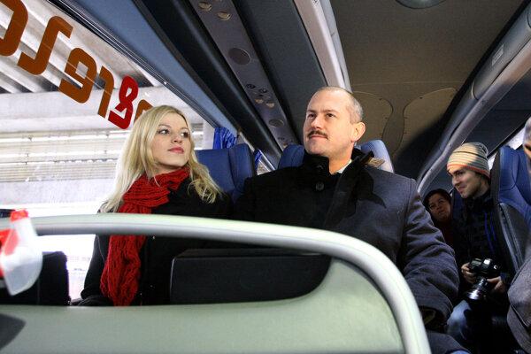 Ak budú Kotlebovci robiť vo vlakoch problémy, personál spoločnosti RegioJet ich vyhodí von.