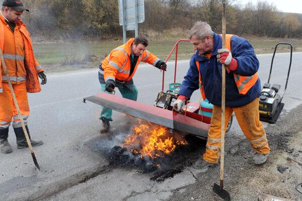 Niektoré výtlky cestári odstraňovali už počas zimy.