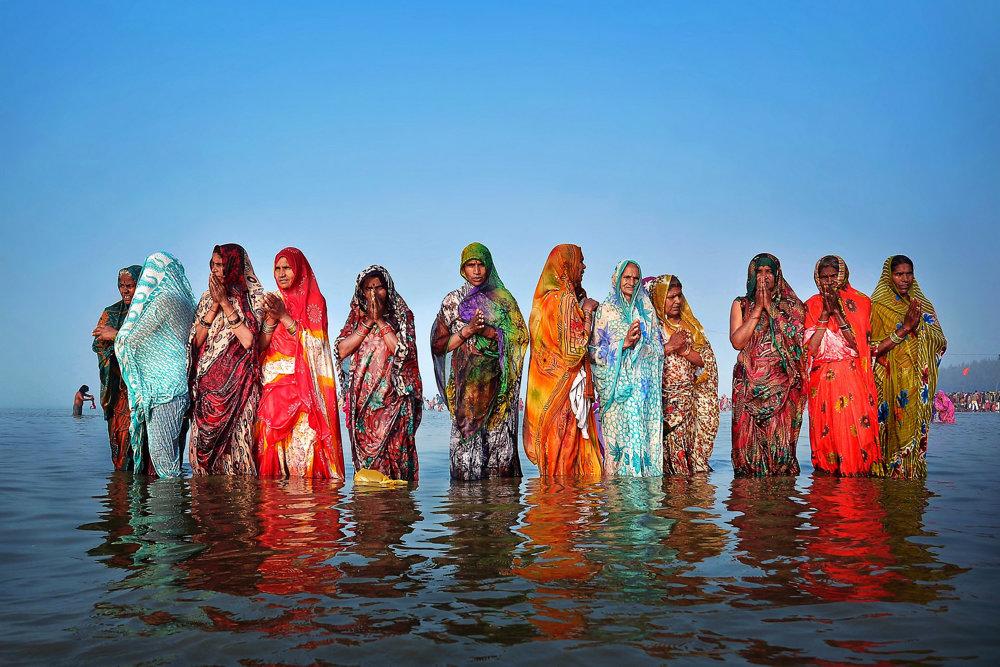 Gangasagar v Západnom Bengálsku. Pútničky z Utar Pradéša prišli na sviatok Makar Sankranti.