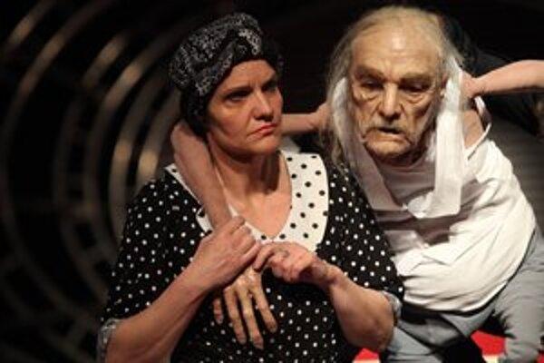 Jana Oľhová ako Matka s bábkou starca Kukuru (Ivan Martinka)
