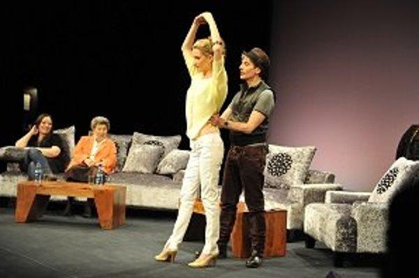 Moderátorka Adela Banášová a svetoznámy taliansky choreograf Massimo Moricone, v pozadí speváčka Katarína Koščová a detská psychologička Jiřina Prekopová