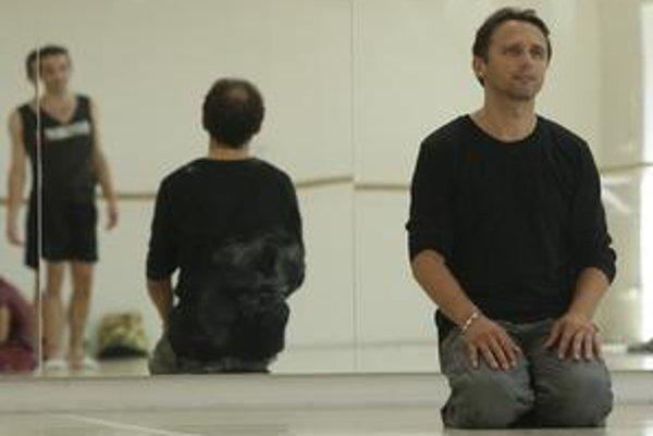 Mário Radačovský vyštudoval Tanečné konzervatórium Evy Jaczovej v Bratislave. Po ňom nastúpil do Baletu SND,  kde sa neskôr stal sólistom. V roku 1992 odišiel do tanečného divadla Jiřího Kyliána Nederlands Dance Theatre v Haagu. Od roku 1999 tancoval v Le