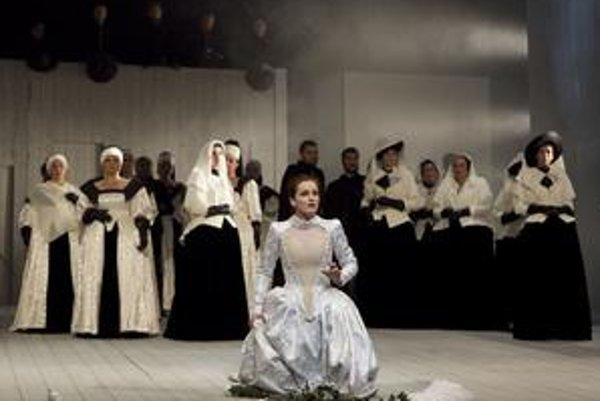 Záber z predstavenia Puritáni.