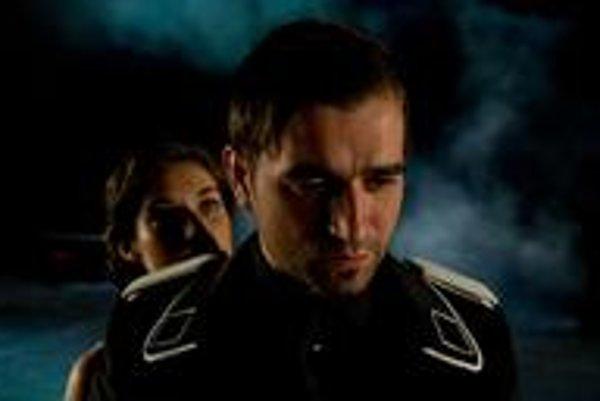 Milan Ondrík v úlohe Coriolana, za ním Judit Bárdos ako jeho večne čakajúca manželka Virgília.