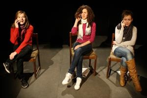 Únik v podaní troch mladých herečiek.