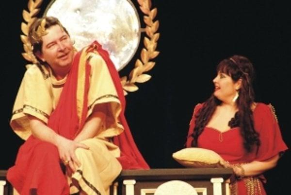 Sergej Hudák (vľavo) v titulnej postave predstavenia Caligula.