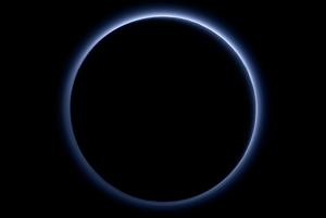Atmosferické opary nad Plutom sú modré.