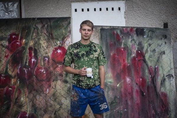 Andrej Dúbravský dnes žije striedavo v New Yorku a na slovenskom vidieku.
