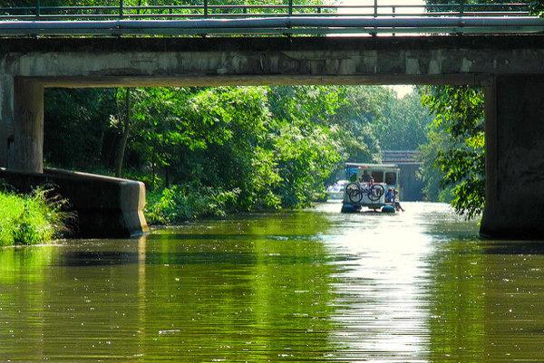 Baťov kanál sa začína v Skalici na Záhorí. Niekoľkodennú plavbu loďou možno kombinovať s cyklistickými výletmi.