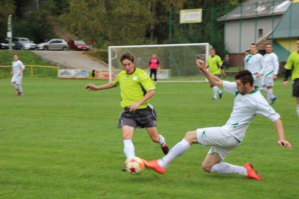 H. Poruba (v zelenom) bola v derby s K. Podhradím úspešnejšia.