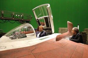 Princ Harry si vyskúšal, aké je to sedieť v stíhačke A-wing, na snímke s filmovým predstaviteľom Luka Skywalkera, Markom Hamillom.