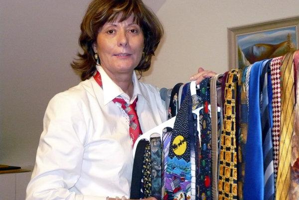 Zberateľka kravát Humenčanka Anna Šimkuličová so svojou zbierkou.