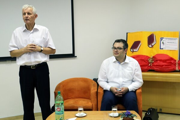 Autori Peter Kopecký (vľavo) a Gabriel Grosu predstavili novú učebnicu.