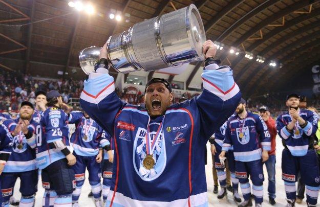 Brankár Vlastimil Lakosil sa teší z majstrovskej trofeje.