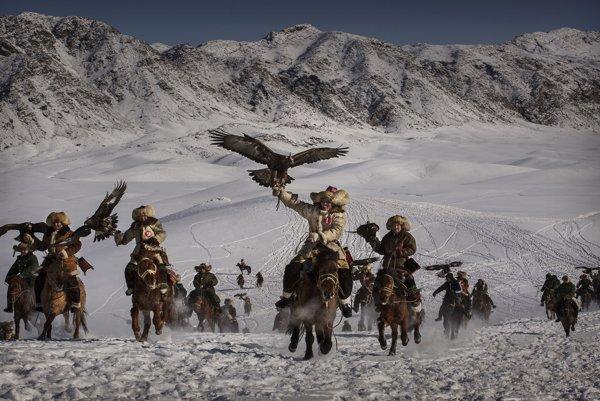 Tréning orlov. Kazašskí sokoliari v hornatom regióne na západe Číny cvičia dravé vtáky, aby tento spôsob lovu zachovali aj pre budúce generácie