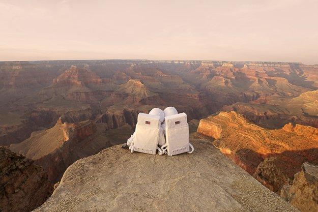 Pozdrav z Marsu. Obrazová štúdia o napodobovaní a hľadaní si miesta na svete napodobovaním turistických póz pri fotení selfie.