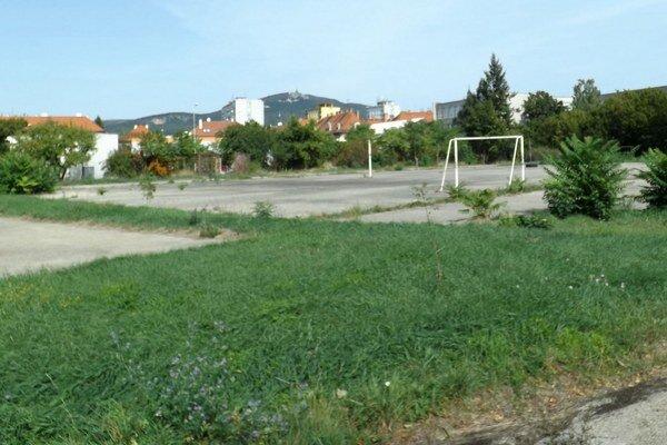Bývalé ihrisko kedysi patrilo k ZŠ Vajanského.