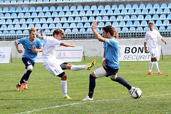 Adam Zsák z tímu FC Nitra juniori strieľa piaty gól do siete ČFK Nitra.