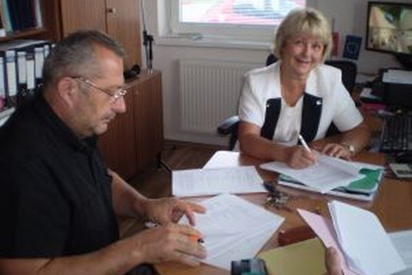 Konateľ spoločnosti Unistav NB Peter Baranec pri podpise zmluvy so starostkou Veľkej Lehoty Martou Šmondrkovou.