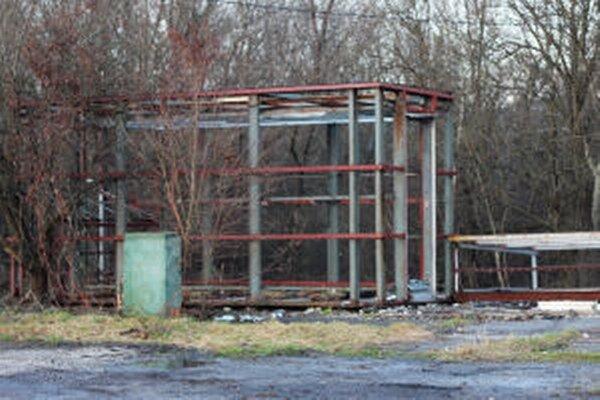 Po odstránení odpadu a oplotenia by mali zmiznúť aj konštrukcie.