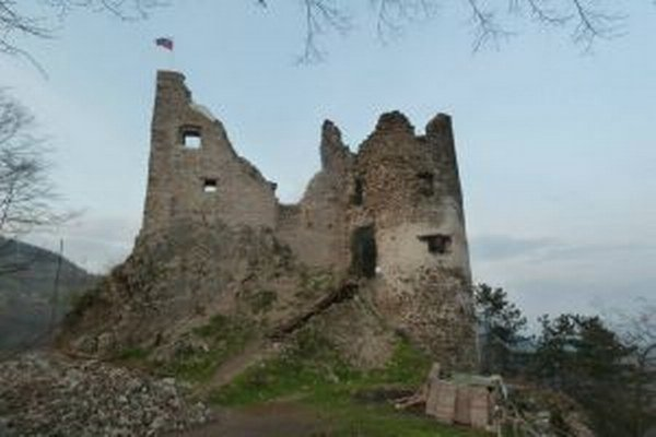 Južný palác. Jeho steny stabilizovali, pribudol aj stožiar s vlajkou.