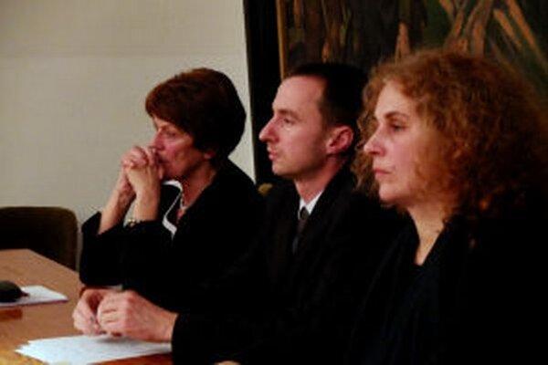 Primátor Alexander Ferenčík si pre nezhody poslancov nechá vyložiť zákon.
