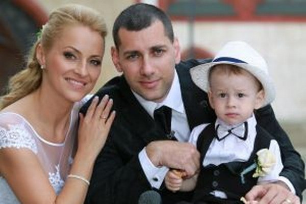 Šťastní novomanželia so synom Matúškom.