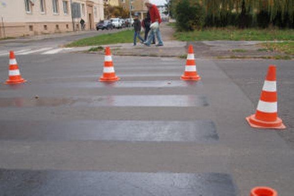 Dopravnú situáciu pred žiarskymi školami by malo zlepšiť špeciálne osvetlenie priechodov pre chodcov. Tento rok s avšak do rozpočtu mesta nedostalo.
