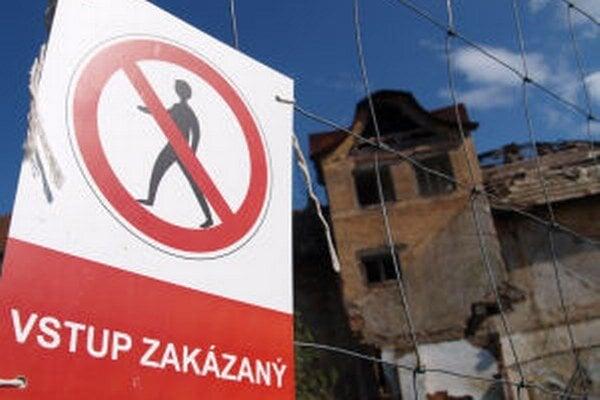 Zrútenie časti budovy odporučil mestu statik.