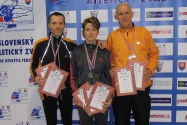Úspešní žiarski bežci. Zľava: Vladimír Buchal, Marcela Kocholová a Daniel Matis.