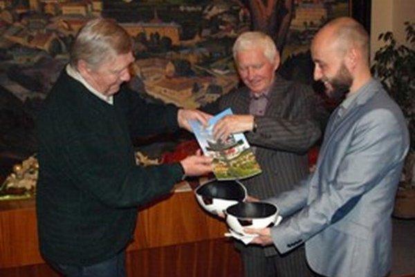 Krst publikácie. Zľava: Milan Barniak, Štefan Boldiš a Dušan Privalinec.