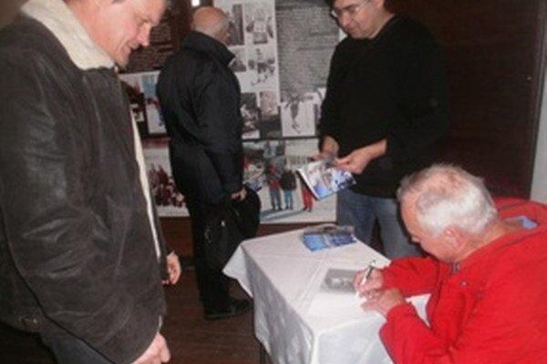 Rudolf Čillík podpisuje knihu pre svojho bývalého zverenca, dnes predsedu MKL Kremnica Róberta Kapša (vľavo).