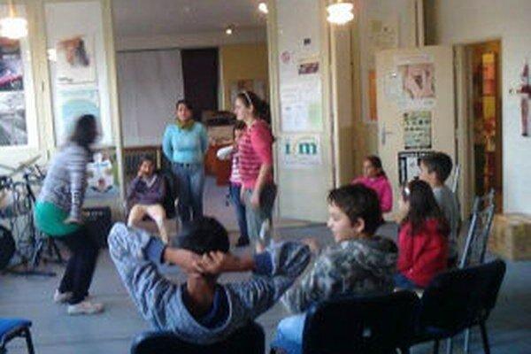Zo sídliska Šobov vozia deti do Informačného centra mladých.