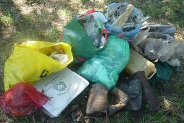 Odpadky vyzbierané pri novobanskom Šibeničnom vrchu.