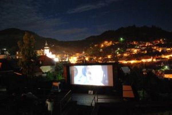V súčasnosti ponúka mestský amfiteáter letné kino.