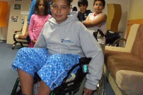 Na invalidnom vozíku. Deti zistili, že ovládať ho je náročné.
