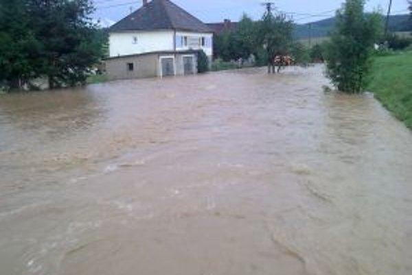 Voda z potokov sa v Beluji vylieva pravidelne po silných búrkach.