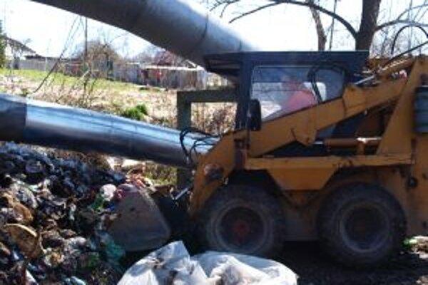 Pod Kortínou museli na hromady odpadu nasadiť techniku.