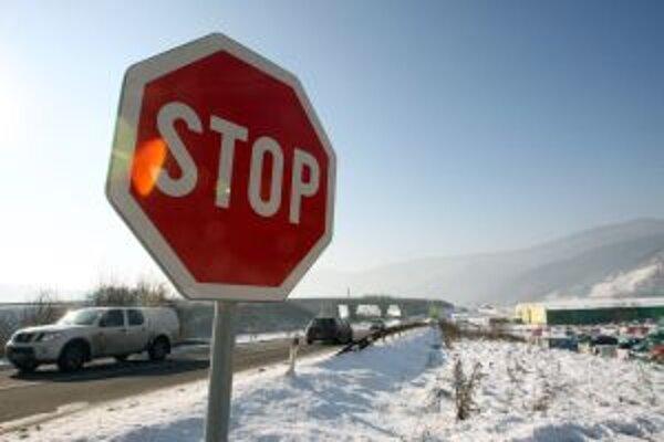 Cestári aj polícia odporúčajú spomaliť.
