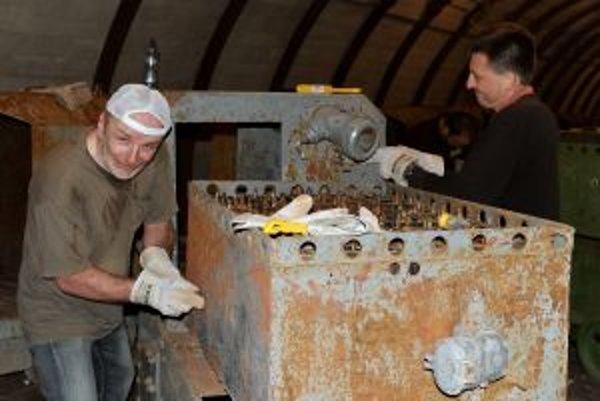 Na obnove lokomotív sa podieľali aj zamestnanci banky.