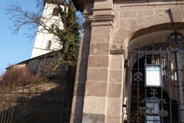 Kroky niektorých hokejových fanúšikov zamieria zrejme zajtra netradične do areálu Mestského hradu v Kremnici.