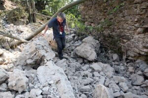 Prvým krokom bude odstránenie sutín po vlaňajšom páde jedného z hradných múrov.
