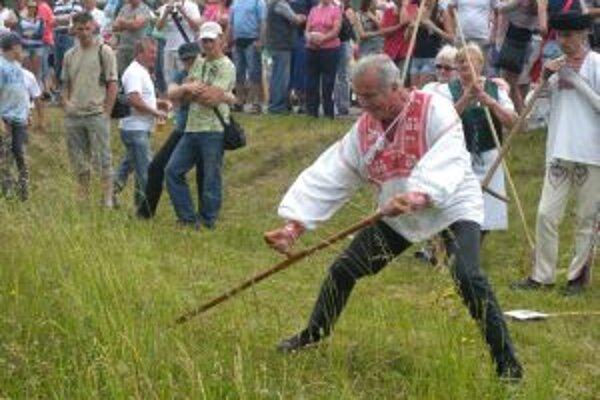 Skúsení kosci aj začiatočníci. V Ostrom Grúni si narábanie s ručnou kosou vyskúšali aj starostovia či poslanci parlamentu. Vzor mali v pravidelných účastníkoch koseckej ligy.