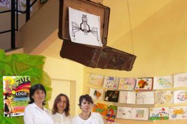 Výstava vo vestibule školy. Starý kufor vznášajúci sa nad novými návrhmi balí a uzatvára pôvodné logo. Zľava riaditeľka Marta Urdová, Slavomíra Šmondrková a vedúca výtvarného odboru Ľubica Kormaňáková.
